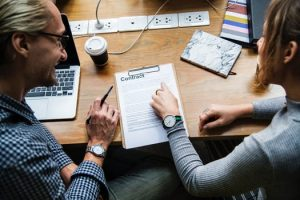Mit Personalmarketing schließen Sie erfolgreich gute Verträge mit Ihren Mitarbeitern.